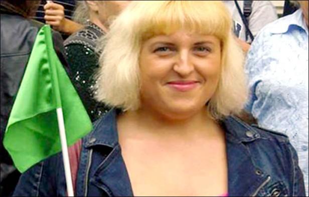 Ekaterina Ustyizhaninova con lo que parece la bandera del ántiguo régimen libio