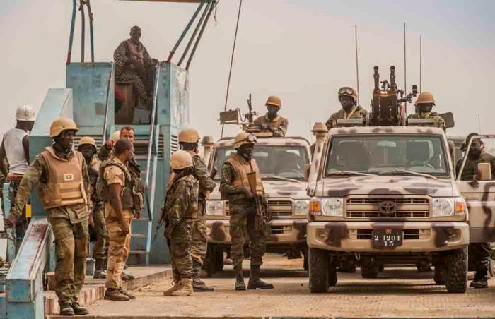 Tropas de Burkina Faso cruzando en barcaza el río Níger para llegar a Timboctú.