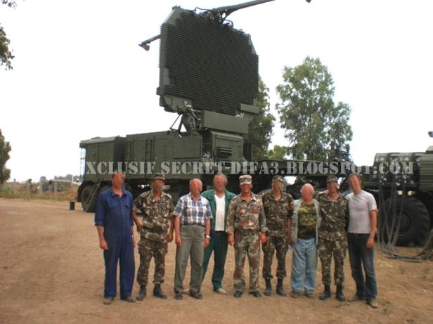 """Técnicos rusos y personalargelino delante de un radar """"Big Bird"""" del sistema S-300 (fuente: Secret-Difa3)"""