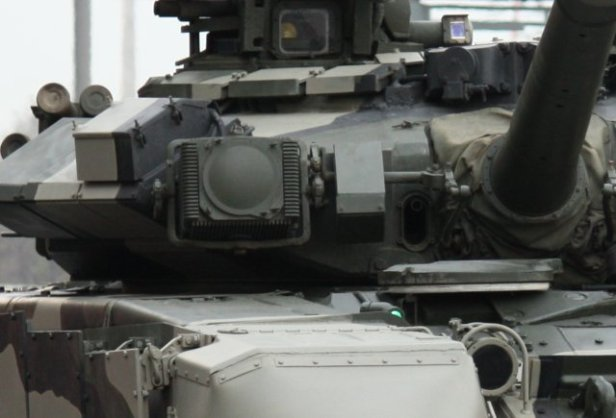 Algerian_T-90_tanks_receive_Shtora-1_jammer_640_002