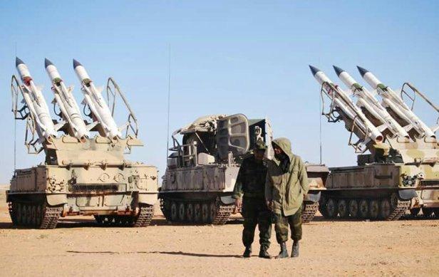 Sistema 2K12 Kub con las lanzaderas y en medio el vehículo 1S91 con el radar.